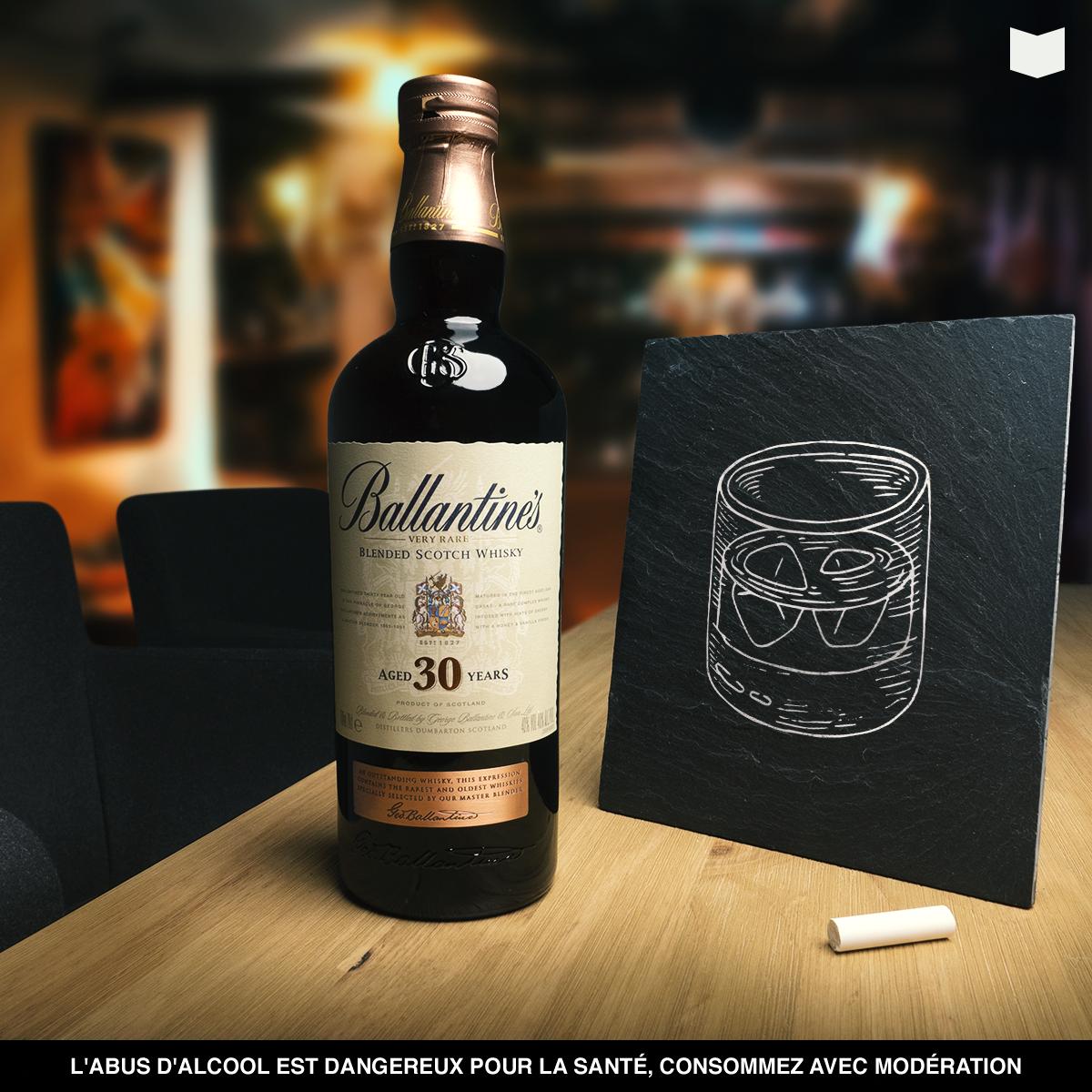 Mise en scène d'une bouteille Ballantine's 30 ans d'âge